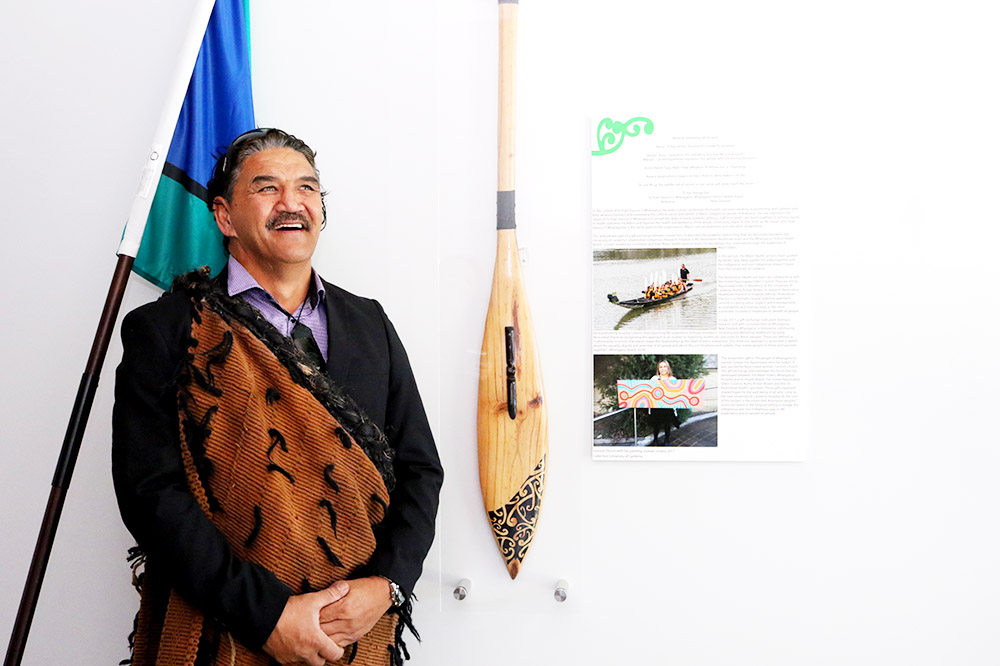 Artist Reneti Tapa with the oar unveiled at the University of Canberra Hospital